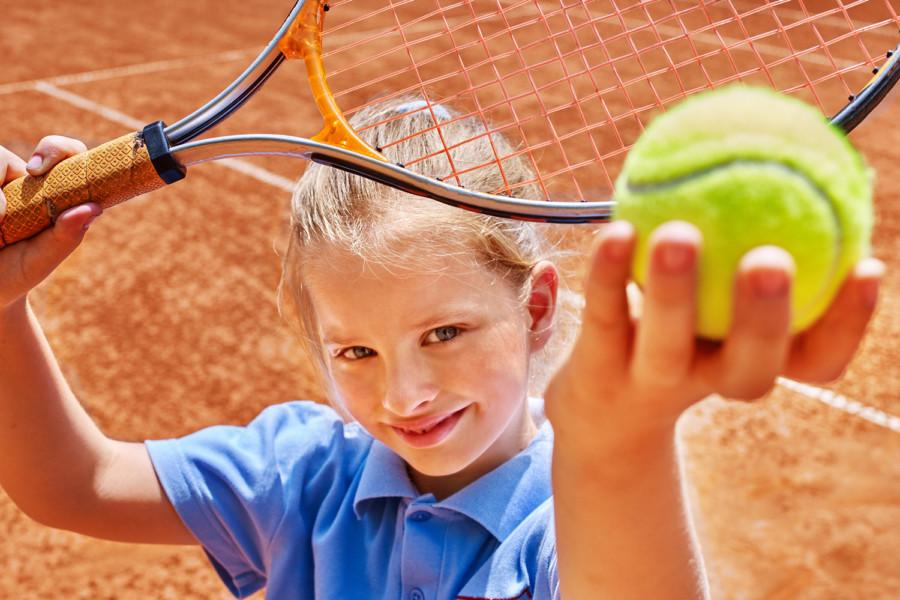 enfant avec une balle de tennis